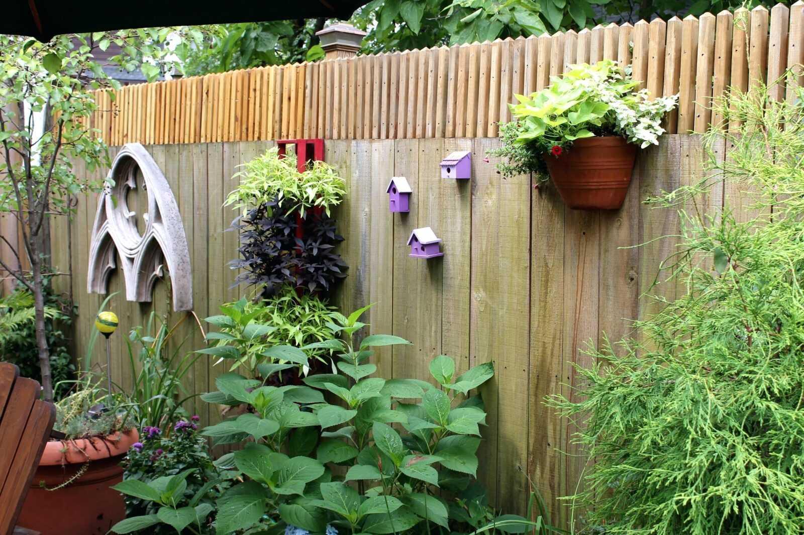 декор огорожі в саду